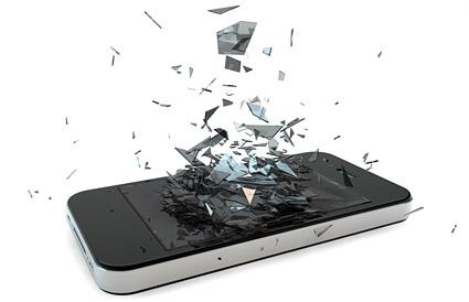 Deffekt mobiltelefon hvor glasset er gået i stykker